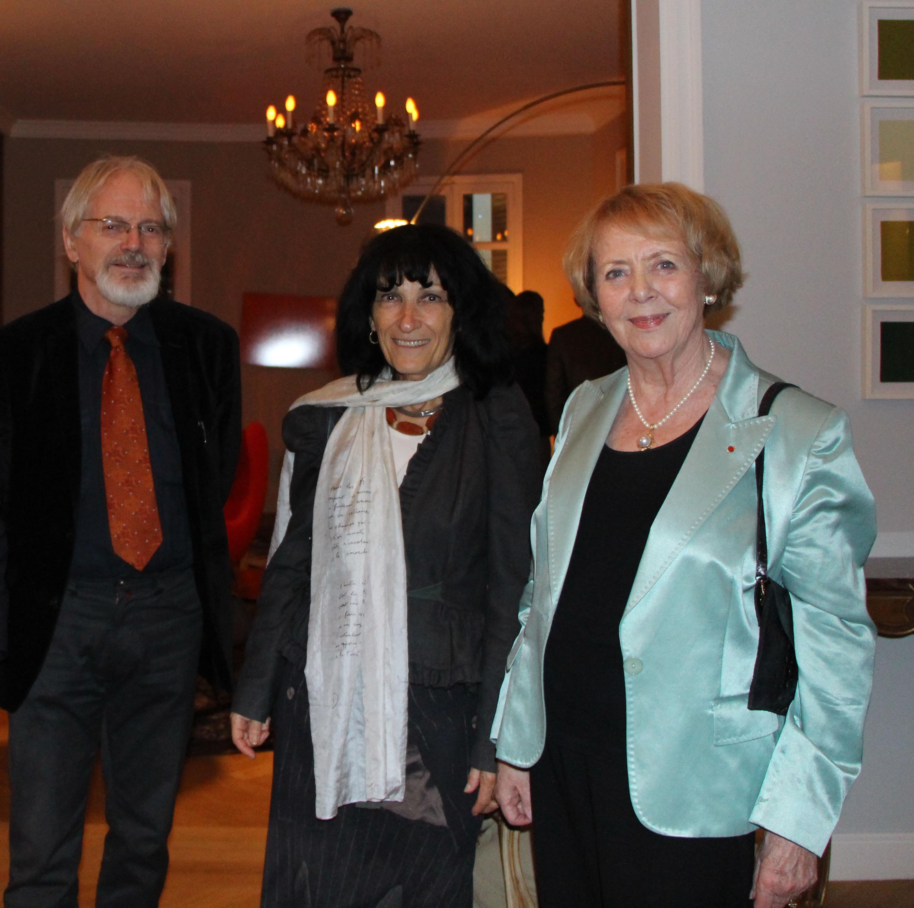 Vigdis Finnbogadottir à l'Ambassade d'Islande à Paris, réception donnée en l'honneur de son Doctorat Honoris causa, Paris -Sorbonne (avec Mireille Calle-Gruber et Eberhard Gruber)