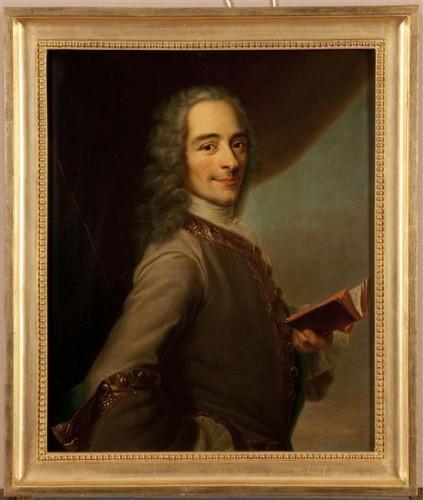"""Maurice Quentin de La Tour, Portrait de Voltaire tenant un exemplaire de """"La Henriade"""", ca. 1736, huile sur toile, 61 x 51 cm, Versailles, musée national des châteaux de Versailles et de Trianon."""