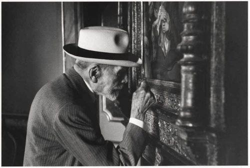 David Seymour alias Chim, Bernard Berenson observant une oeuvre à la galerie Borghese de Rome, 1955, photographie (gélatine sur argent), New York, International Center of Photography.