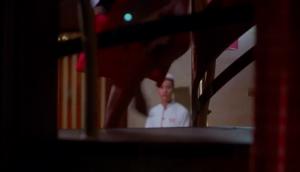 Mme Chan montant les escaliers de l'hôtel