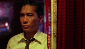 M. Chow à la fenêtre, attendant l'arrivée de Mme Chan