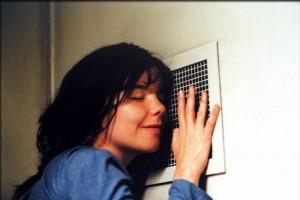 Selma, en prison, écoute à la bouche d'aération.