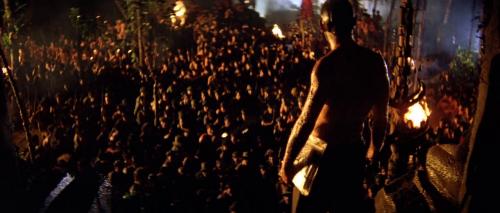 Contre Plongée de la foule en contre bas agenouillée