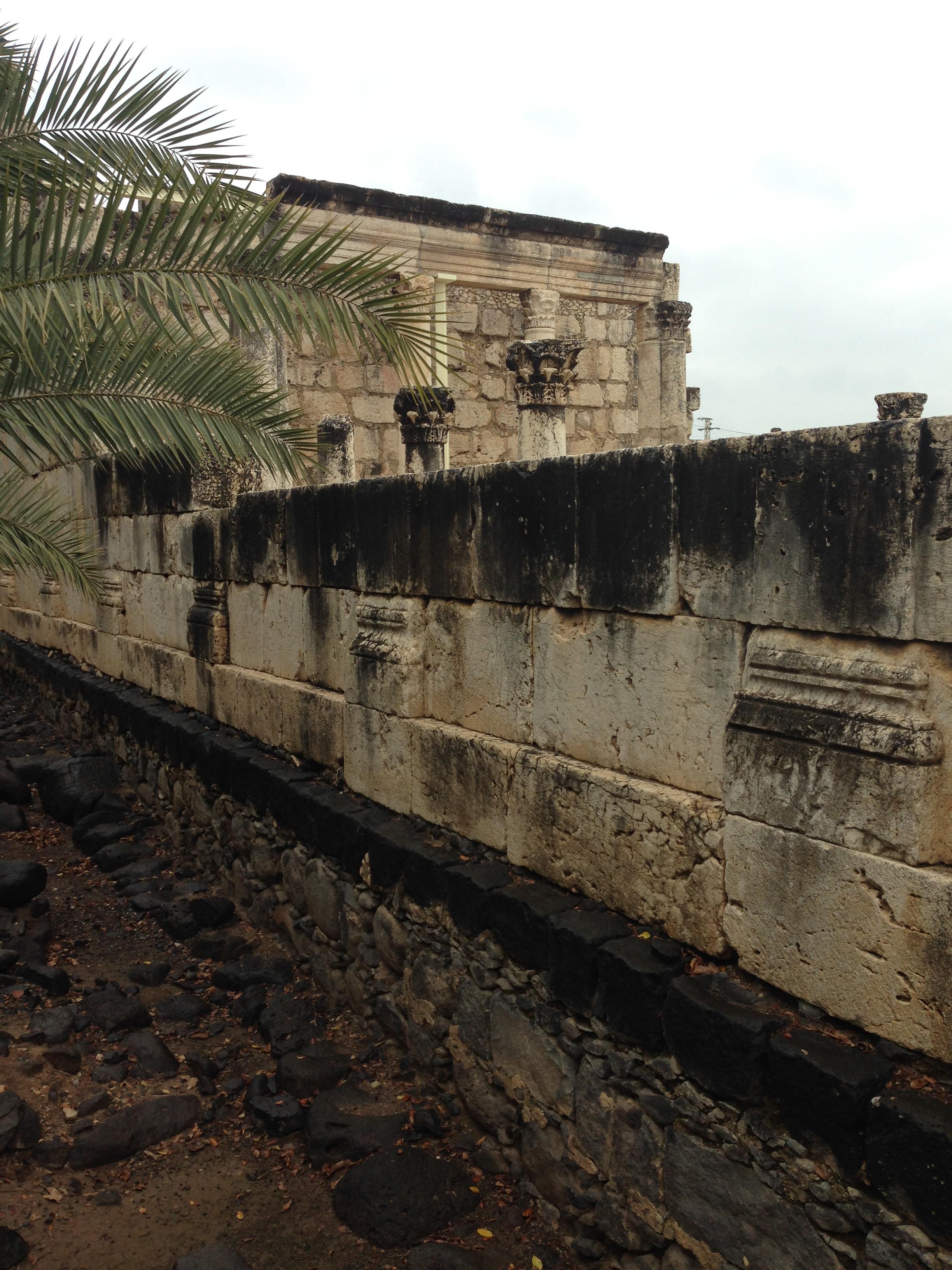 Unter der Kalksteinmauer der späteren Synagoge ist das Basaltfundament des Vorgängerbaus deutlich zu erkennen (Foto: Michael Hölscher)