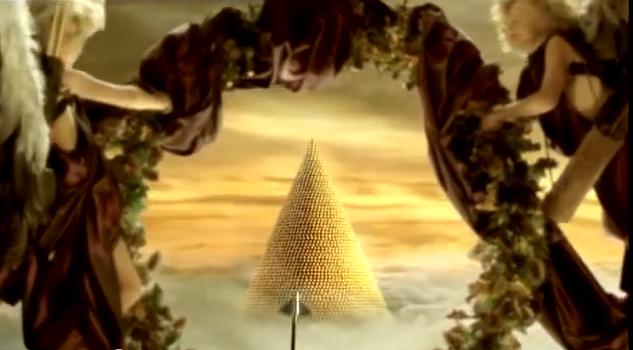 Pyramide de chocolats derrière une couronne