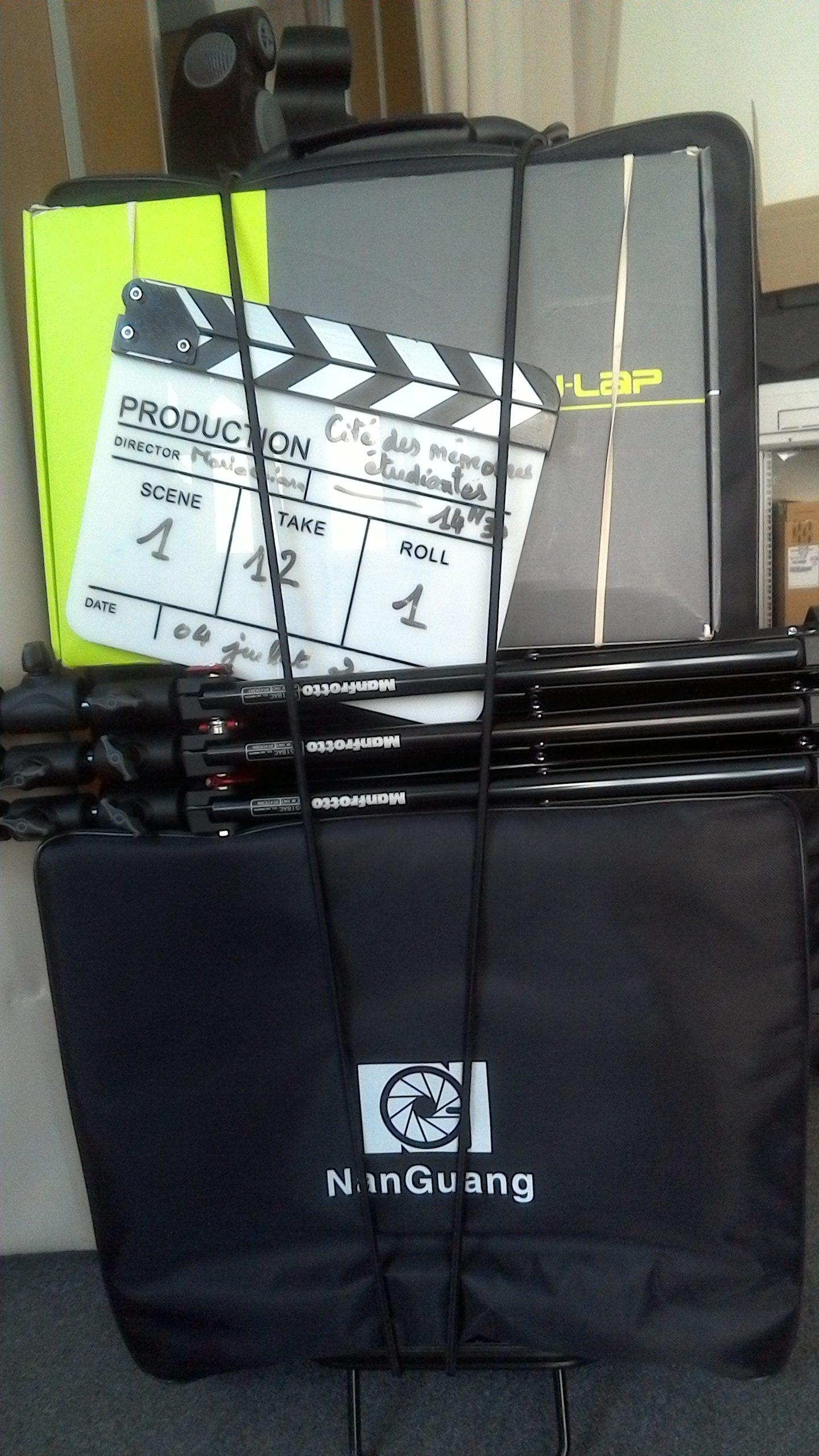 """La valise de matériel technique surmontée du clap portant l'inscription """"Cité des Mémoires étudiantes"""""""