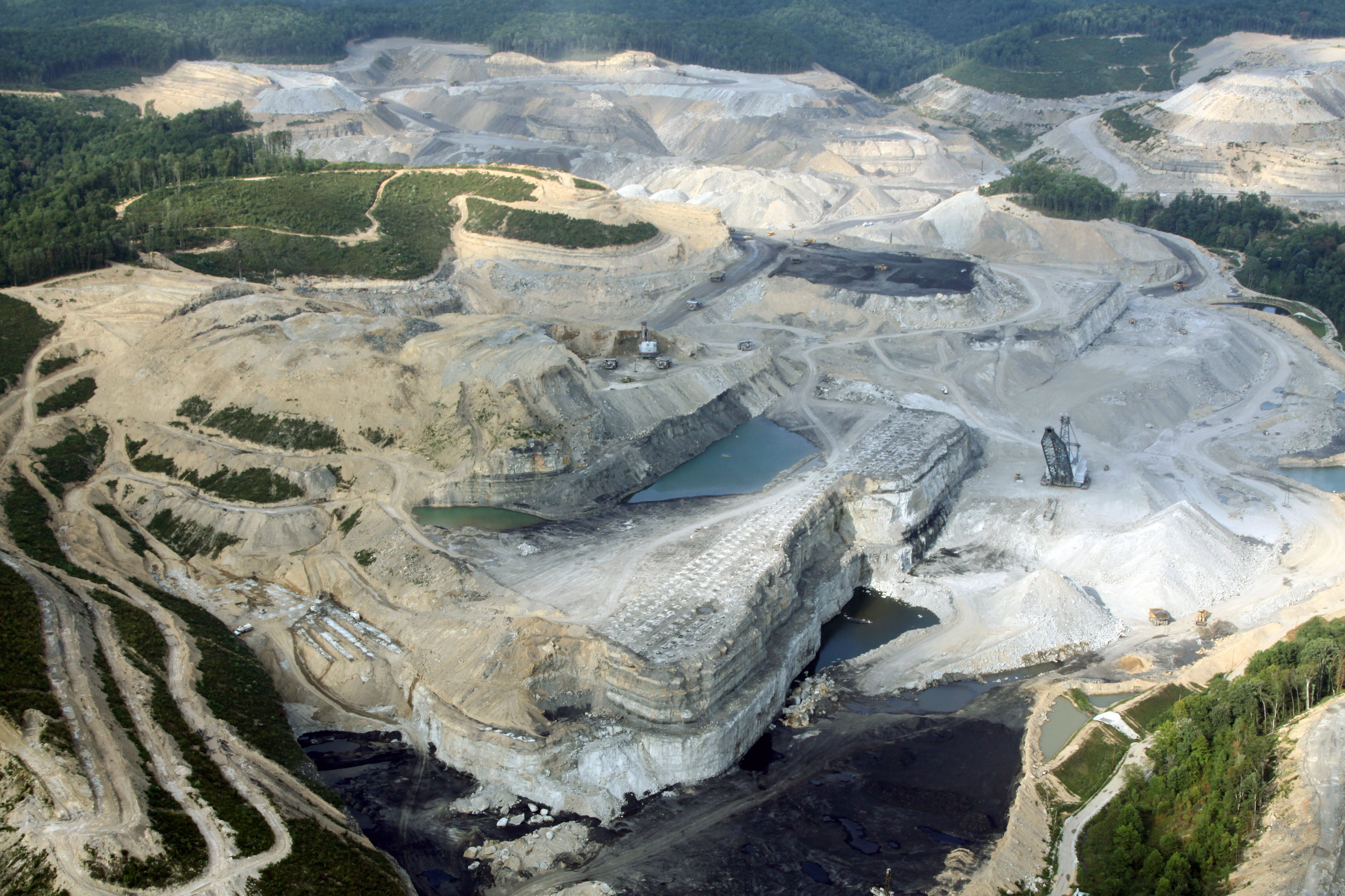Mountain top removal dans une mine de charbon des Appalaches. Source: Duke University