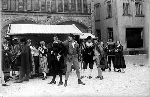 """Szene für den Film """"Cartouche"""" oder """"Der Gaukler von Paris"""" auf dem Lemgoer Marktplatz vor dem Erker der Neuen Ratsstube.  In der Mitte Carl de Vogt."""
