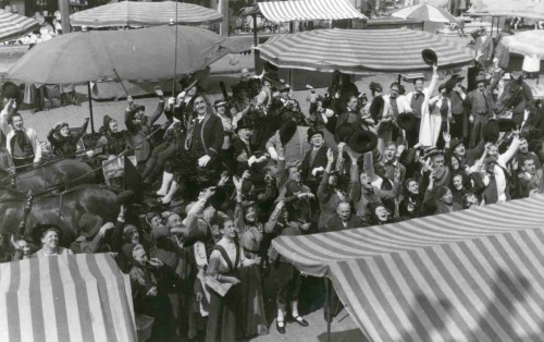 """Filmaufnahmen """"Der tolle Bomberg"""" 1957 auf dem Lemgoer Marktplatz - Komparsen vor dem Rathaus"""