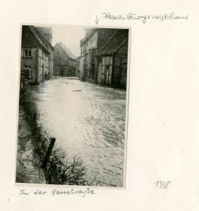Blick in die Heustraße Richtung Breite Straße in Lemgo, rechts das Hexenbürgermeisterhaus, 1946 (StaL N 1 unverzeichnet)