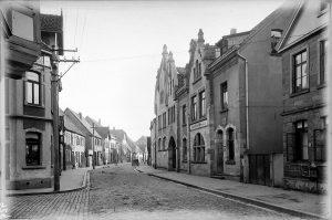 Konsumgebäude (mit der Toreinfahrt) in der Schuhstraße in Lemgo, o. D. (StaL N 9 Fotoarchiv Ohle (Depositum Alt Lemgo / Mische) GPK 929)