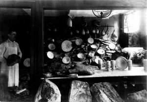 Hindenburg-Spende in Lemgo 1917, Kellerraum mit Fleischvorräten und einem Porträt Hindenburgs (StaL Zug. 2016/076)