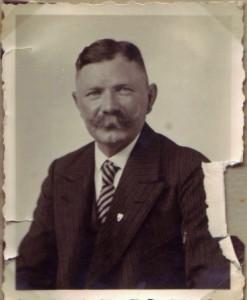 """August Jasper - hier in den 1930er Jahren - über Kriegspropaganda in der Heimat: """"Die dummen Bauern lasen Sich von denen ja alles vorschwindeln."""" (Feldpostbrief an Bernhadine, 16. Juli 1918)."""