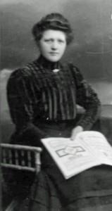 Bernhardine Jasper mit Buch.