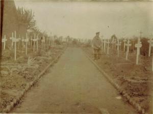 """Postkarte August Jaspers an seine Frau, Dezember 1915. Aufschrift auf der Rückseite: """"Ehrenfriedhof des Inftr. Reg. 16 und 3, Komp. Pion Batt. 7, Douvrin"""""""