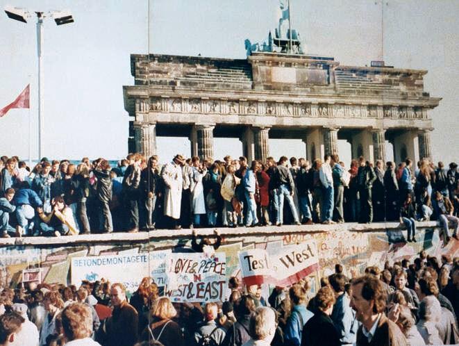 Alemanes del Este y del Oeste en la Puerta de Brandenburgo en 1989.