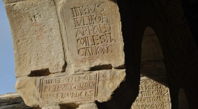 Le cloître de Roda, un gigantesque obituaire lapidaire