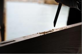Réalisation des mortaises au bédane par Th. Garval (chantier Borg)