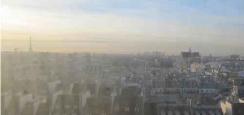 Vue sur Paris de la montée vers la Galerie 2 au Centre Pompidou pour l'exposition Wilfredo Lam