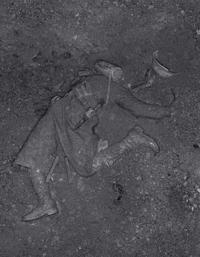 Le corps d'un soldat allemand tué par les partisans, Italie. Paolo Ventura, courtesy Forma Centro Internazionale di Fotografia, Milan