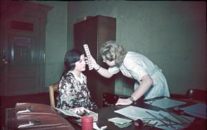 Examen d'anthropologie raciale : contrôle de la couleur des yeux pratiqué sur une jeune fille tsigane, 1936-1940 (photo Bundesarchiv)