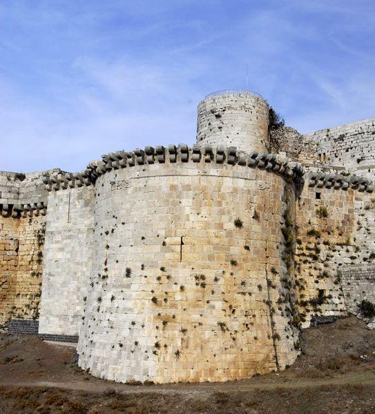 垛口分布在城墙和箭塔上