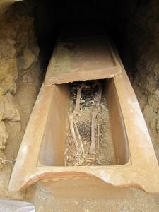Sarcophage dans un loculus après ouverture du couvercle au niveau des membres inférieurs