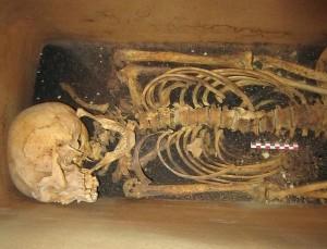 Squelette de femme dans un sarcophage