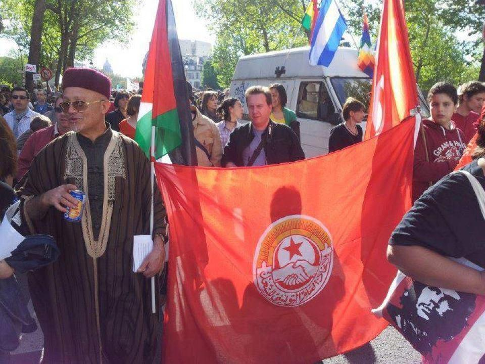 Drapeaux palestiniens et tunisiens, entourant celui de l'Union générale tunisienne du travail (UGTT). Manifestation, Paris. Date ? Source: UGTT Facebook (page officielle, https://www.facebook.com/ugtt.page.officielle).