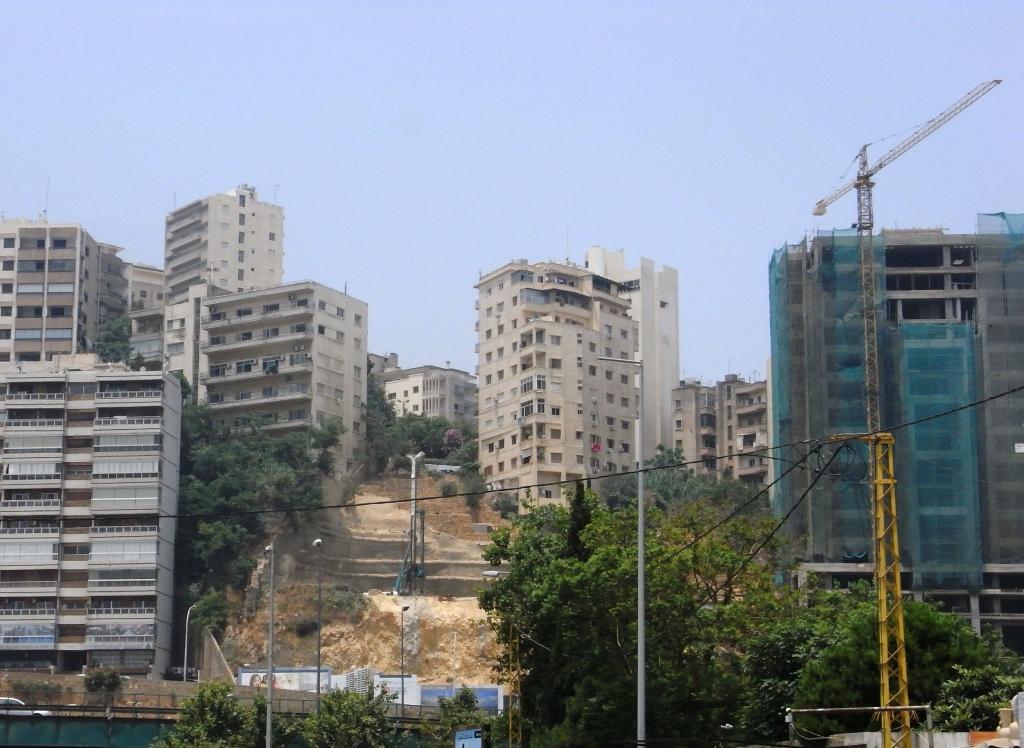 Beyrouth ; banalisation de la construction intensive en chantiers escarpés. Photo Caecilia Pieri, 2012