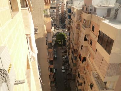 Vue du haut d'un immeuble reconstruit. Remarquer l'extrême densité et la faiblesse des reculs qui limite l'ensoleillement (EV)