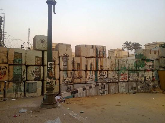 Photos 1 & 2 : Murs fermant l'accès à la place Tahrîr. Clichés R. Stadnicki, 2012