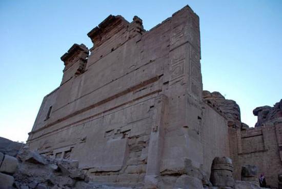 Figure 3 : Angle nord-est du Qasr al-Bint avec décor stuqué, Pétra (Photo A. Hamm)