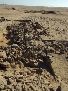 Al-Quṣūr, secteur A4, mur en partie dégagé de son effondrement. Vue vers l'ouest © MAFKF.
