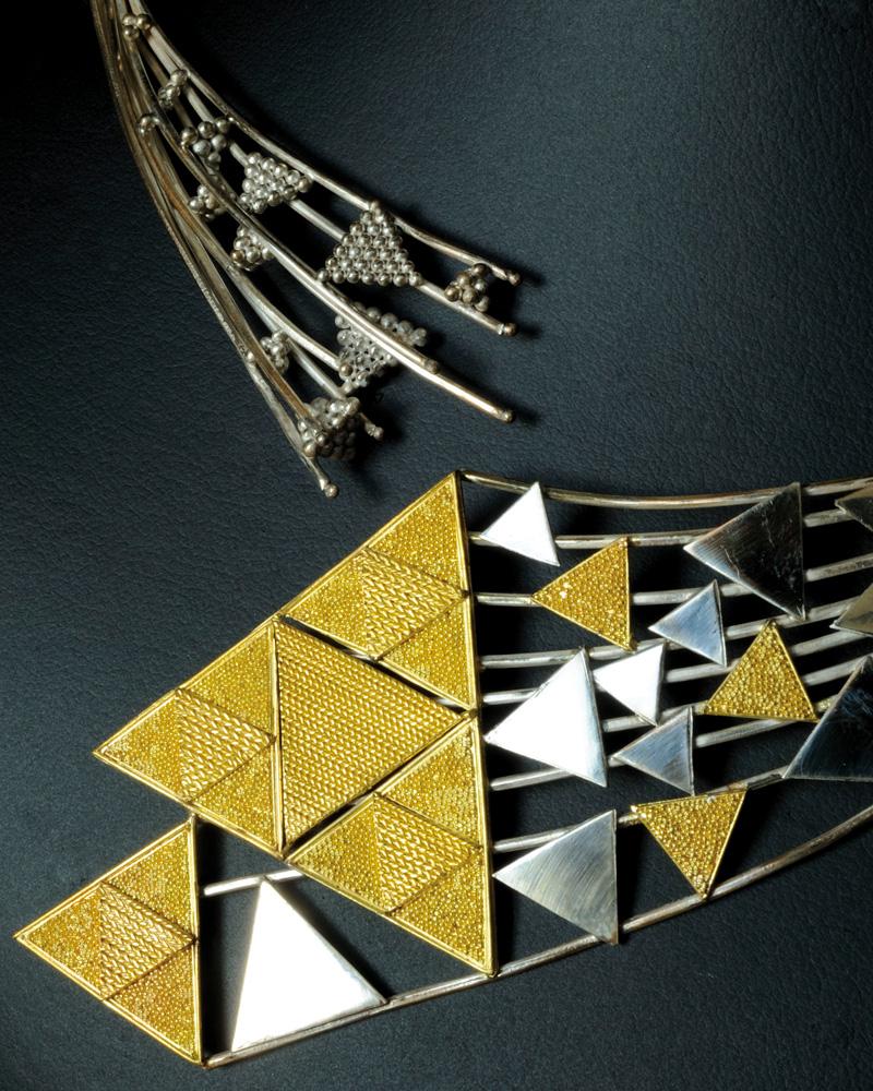 Collier en or et en argent, comme témoin de la transmission des savoir-faire. Production F. Allier, avec la collaboration de F. Guigal (Photographie : Vincent Moncorgé, 2011).