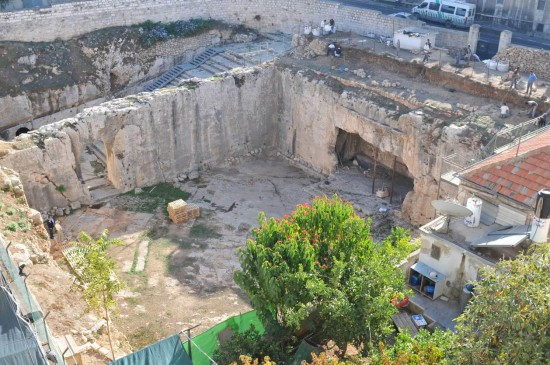 Vue générale du Tombeau des Rois lors des fouilles de J.-B. Humbert en 2008 (cliché EBAF)