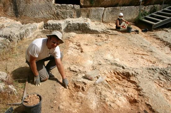 Le bas de l'escalier monumental en cours de fouilles. Sébastien Goepfert montre avec son doigt l'emplacement où la monnaie frappée en 54 apr. J.-C. a été découverte in situ.
