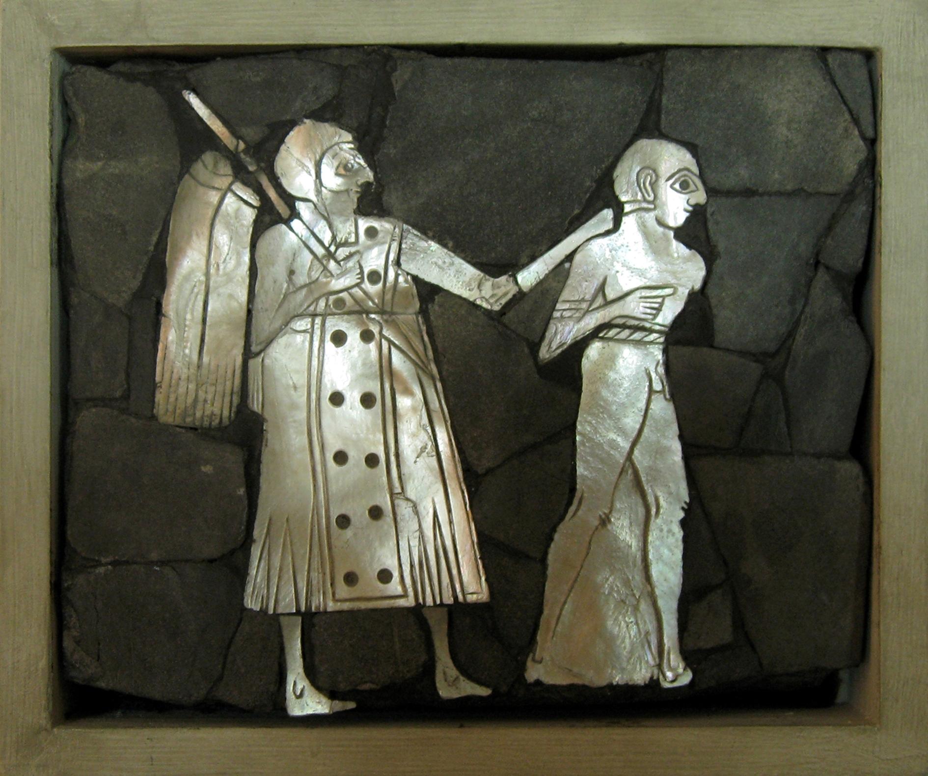 Figure 4 : représentation d'un soldat conduisant un prisonnier par le cou, retrouvés dans le palais de Mari (coquille nacrée, schiste, bitume, bois ; ht. 12,4 cm ; l. 13,7 cm ; musée d'Alep, no d'inv. 1968) © B. Couturaud 2009.
