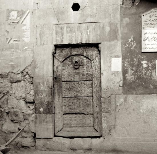 Porte en bois clouté d'une maison ancienne dans la vieille ville de Damas (Syrie).