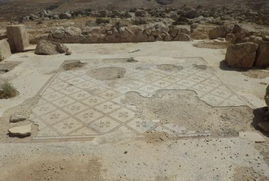 À Rujm Jerida, le sol de mosaïque, complet lors de la fouille, perd peu à peu ses tesselles. Photographie : Margaux Thuillier.