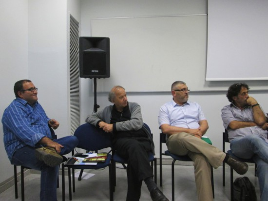 De gauche à droite : Munīr Bakrī, Ayman Iġbāriyya, Adīb Ǧaḥṣān, ʾAlāʿ Ḥulayhil, Kuttāb masraḥ wa muḫriǧūn. Photo N. Nakhlé-Cerruti