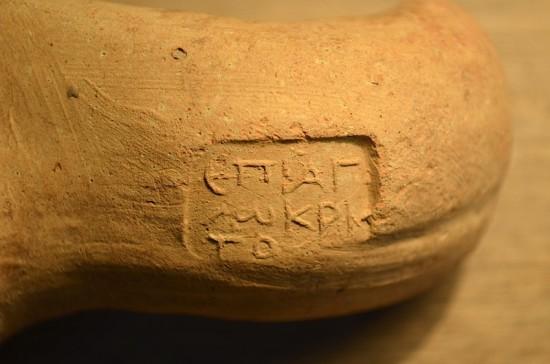 Figure 2 : Secteur A1 Nord, timbre sur une anse d'amphore rhodienne © MAFKF.