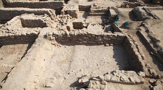 Figure 3: Secteur A1 Sud (la mire pose sur le 1er rempart); au 2e plan, tour 2 à gauche, secteur A2 à droite. Vue vers l'est ©MAFKF.