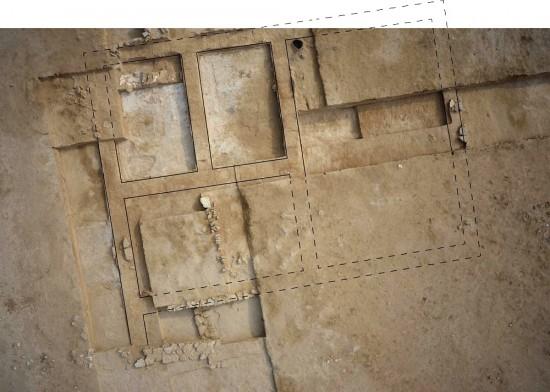 Bâtiment en brique crue découvert au nord des églises et correspondant probablement à la première phase d'installation (H. Al Mutairi © DAM)