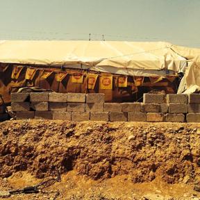 Tente ornée de drapeaux du PDK, camp de Qushtapa, juillet 2014, © Charlotte Watelet