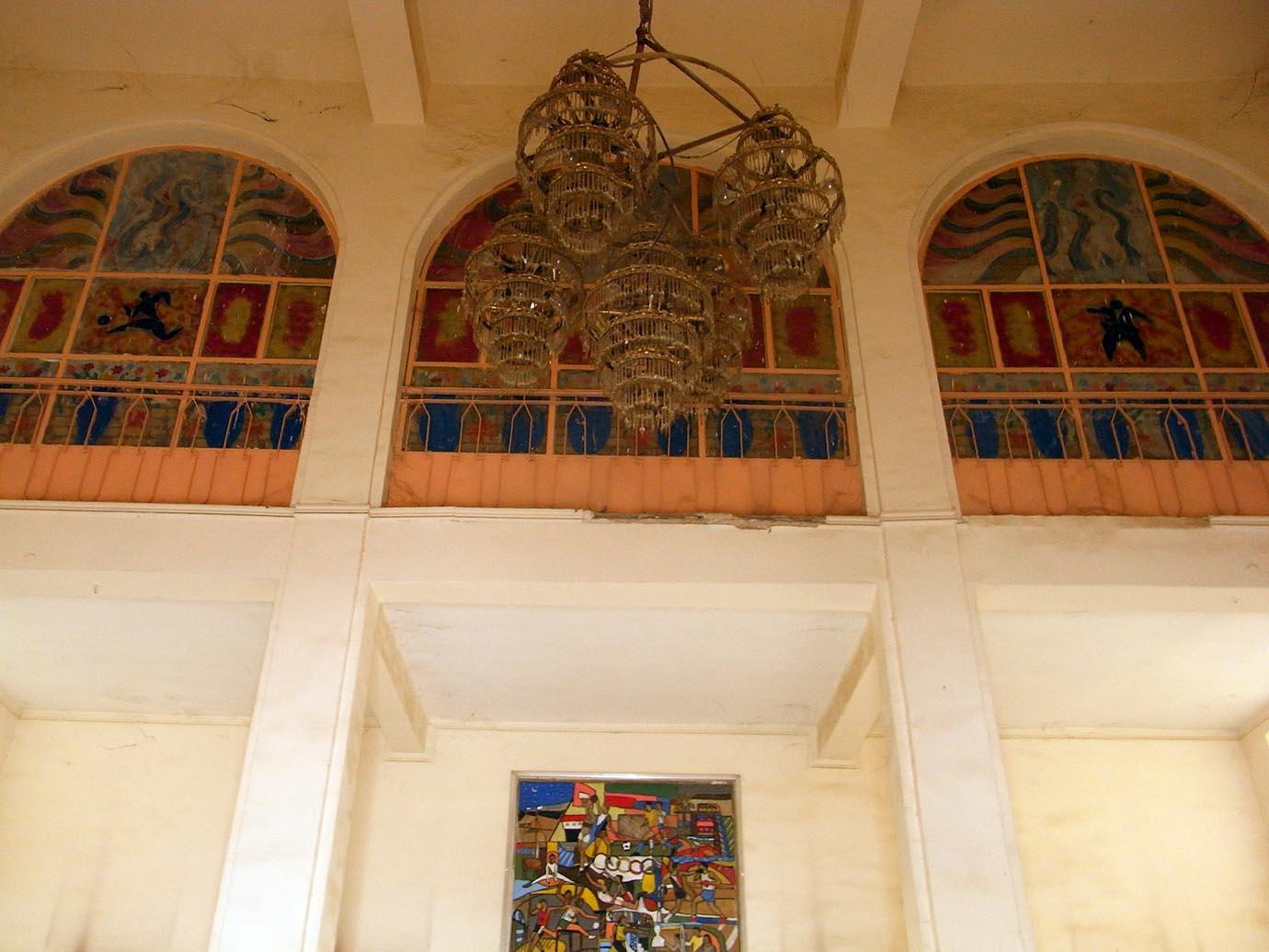 4. Volumes, proportions et piliers à modénatures d'une monumentalité typiquement Art-Déco. Au fond, le panneau de Faiq Hassan daté de 1972 © Caecilia Pieri, 2011