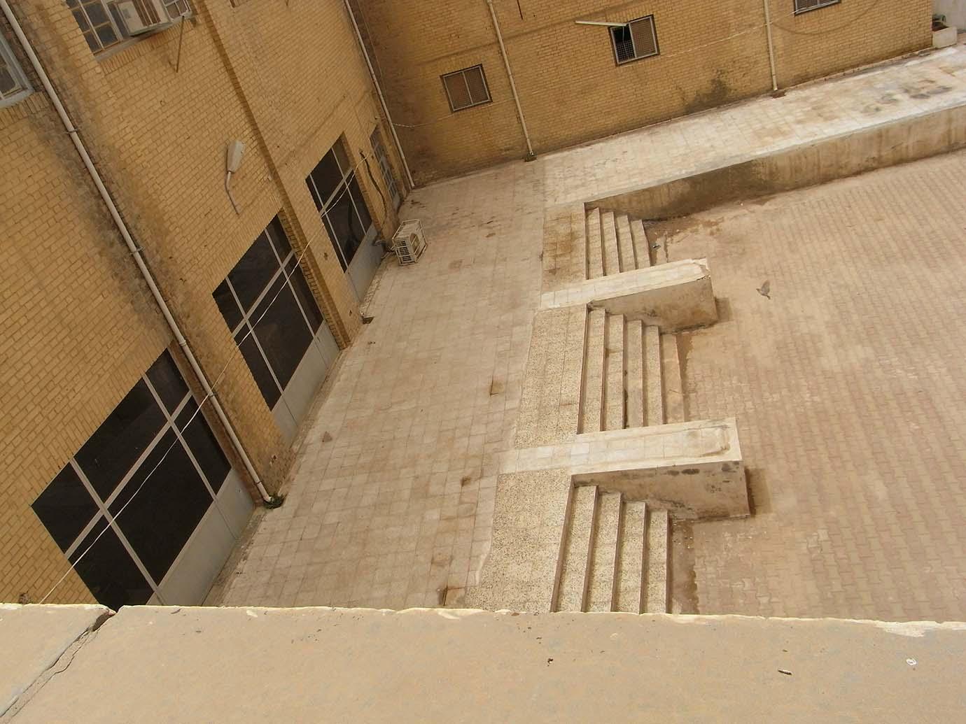 6. Géométrie et contre-courbes de la volée de marches à l'arrière. Redents stylisés en rappel discret de certaines architectures mésopotamiennes. © Caecilia Pieri, 2011.