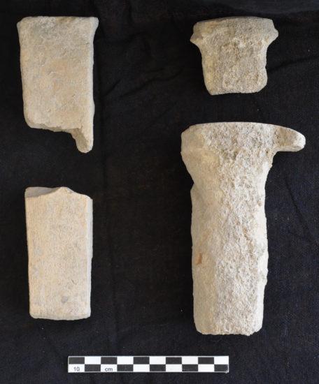 Figure 7 : quatre fragments de clous en terre cuite, à section ronde, carrée et rectangulaire (photographie MAA)
