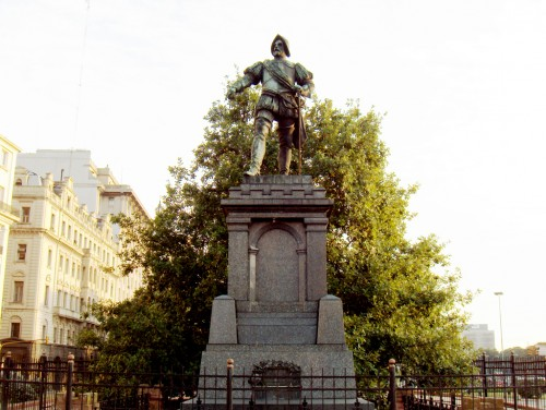 Monumento a Juan de Garay en Buenos Aires, frente a la Casa Rosada. Los repartos de tierras realizados por el conquistador fueron los generadores de los espacios productivos agrícolas y ganaderos.