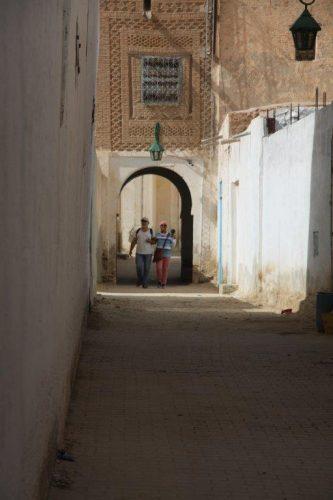 Parcours en aveugle de Noha Gamal et de Jean Paul Thibaut dans la vieille ville de Nefta.